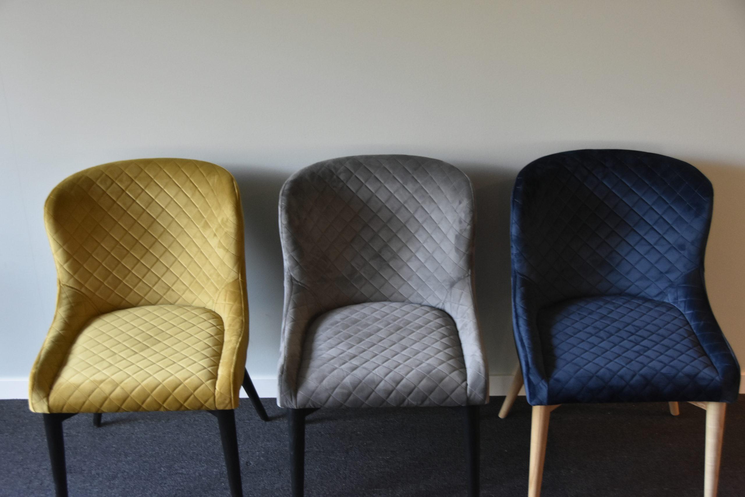 Tre Vetro stoler. Fra venstre: bronze, grå og midnattblå